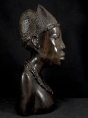 Бюст африканской женщины из эбенового дерева