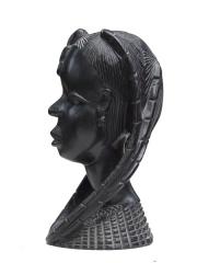 Статуэтка девушки из черного дерева. Страна происхождения, вероятно, Ангола. Высота 25 см.