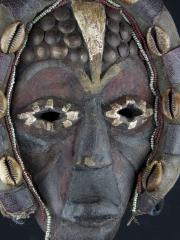 Необычная маска народности Dan