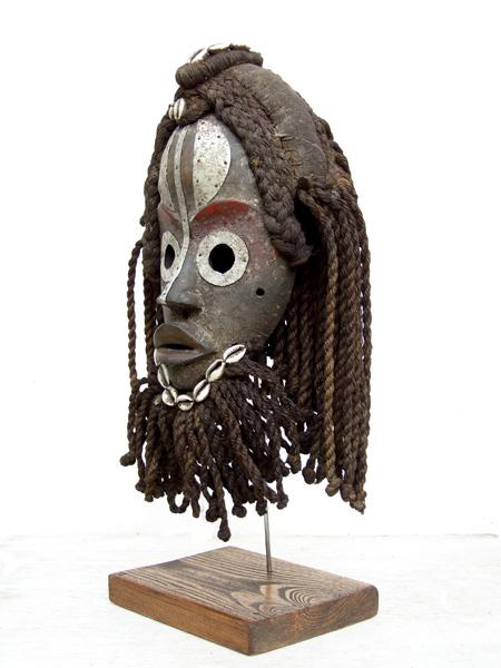 Африканская маска Dan на подставке