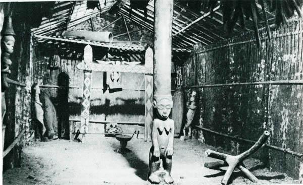 Внутренний вид дома для ритуальных обрядов. Габон