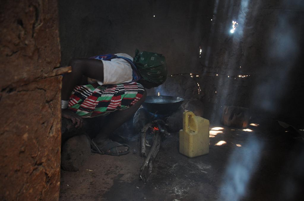 Африканка готовит обед