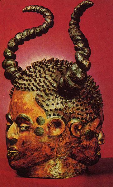Трехликая маска-шлем. Дерево, обтянутое кожей. Народность экой, Нигерия. Музей г. Офенбах