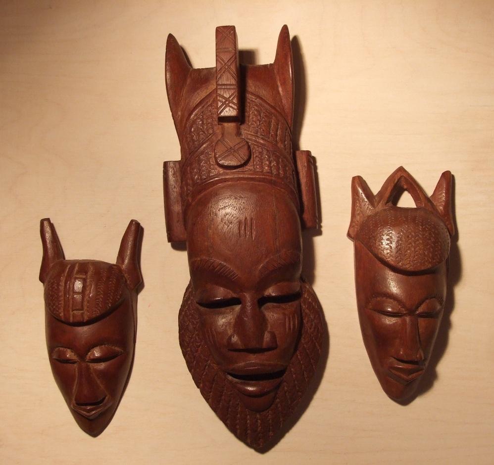 Композиция из трех африканских масок из красного дерева