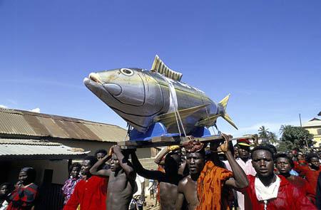 Похороны рыбака в гробе-рыбе