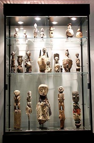 Витрина шкаф для хранения африканских статуэток