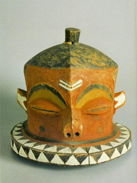 142. Церемониальная маска. Заир, бапенде. Собрание В.И. Коровикова