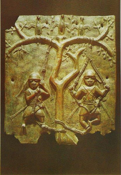 32. Барельеф с изображением муж- чин на качелях. Бенин. Бронза. Конец XVI в. Лагос, Национальный музей
