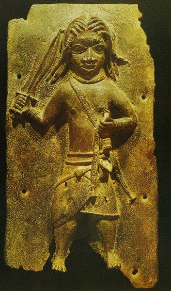 33. Барельеф с изображением оба Акенгбоя в боевом наряде. Бенин. Бронза. Конец XVII в. Бенин, Национальный музей
