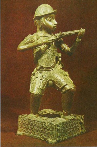 38. Статуэтка португальского солдата с мушкетом. Бенин. XVII в. Бронза. Лагос, Национальный музей
