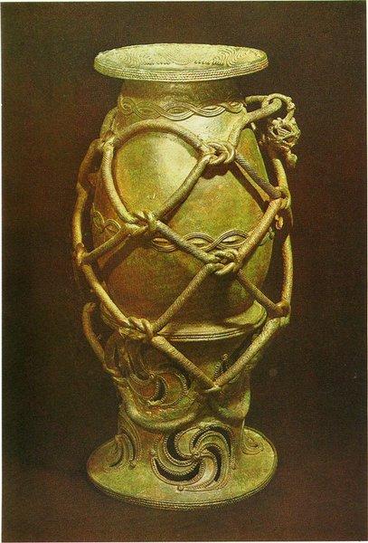 7 Сосуд. Игбо-Укву. IX в. н.э. Бронза. Лагос, Национальный музей