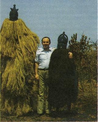 Автор книги Ан. Громыко с двумя африканцами в традиционных масках. Сьерра Леоне