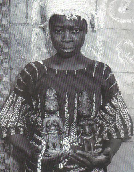Йоруба мать с мемориальных фигурами Ibeji своих умерших близнецов