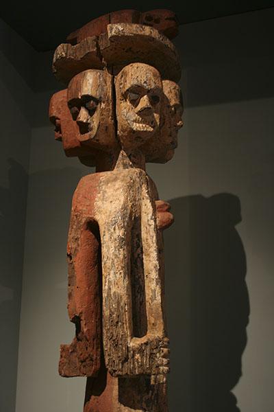 Статуя Ijaw, изображающая «множество лиц наших врагов»