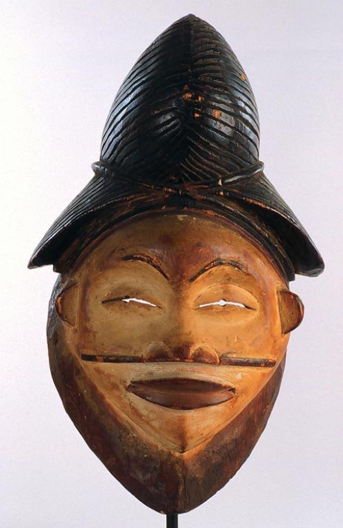 Маска личина Punu из Габона.  Находится в коллекции университета IOWA (США)