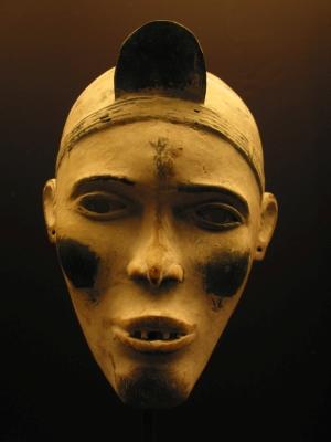 Африканская ритуальная маска Bakongo, музей в городе Тервюрен (Бельгия)
