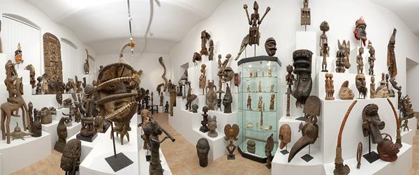 Размещение африканских масок и статуэток в интерьере