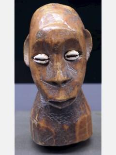 Маски и статуэтки народа Lega в музее на Набережной Бранли