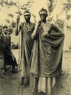 Фотографии масок, статуэток и людей из Конго 100 летней давности