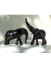 Фигурки двух слоников из дерева с поднятым и опущенным хоботом