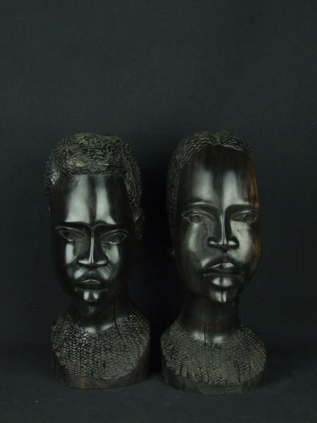 """Пара массивных и объемных статуэток """"Идеальная пара"""". Материал - черное дерево. Высота 26 см. Вес каждой скульптуры 1,8 кг."""