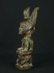 Статуэтка женщины народности Йоруба на коленях с горошком