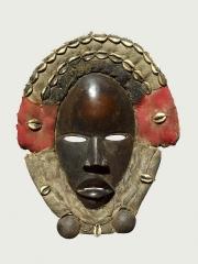 Африканская маска Dan с раковинами каури