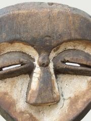 Африканская маска в форме сердца народности Kwele (Габон)