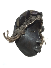 Купить африканскую маску народности Dan из дерева с раковинами каури