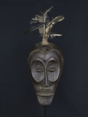 Красивая маска народности Chokwe с перьями
