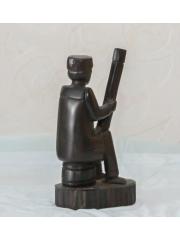Африканская статуэтка музыканта из красного дерева. Мадагаскар. 1984 год. Размер 11 х 6 см