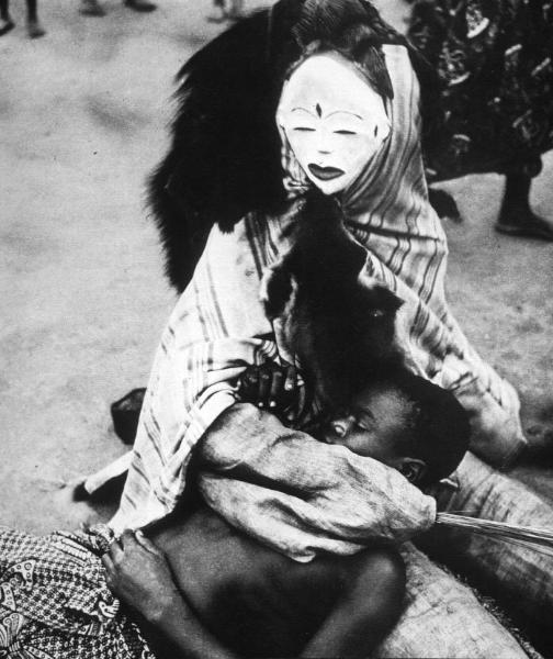 Использование африканских масок Punu в погребальных церемониях