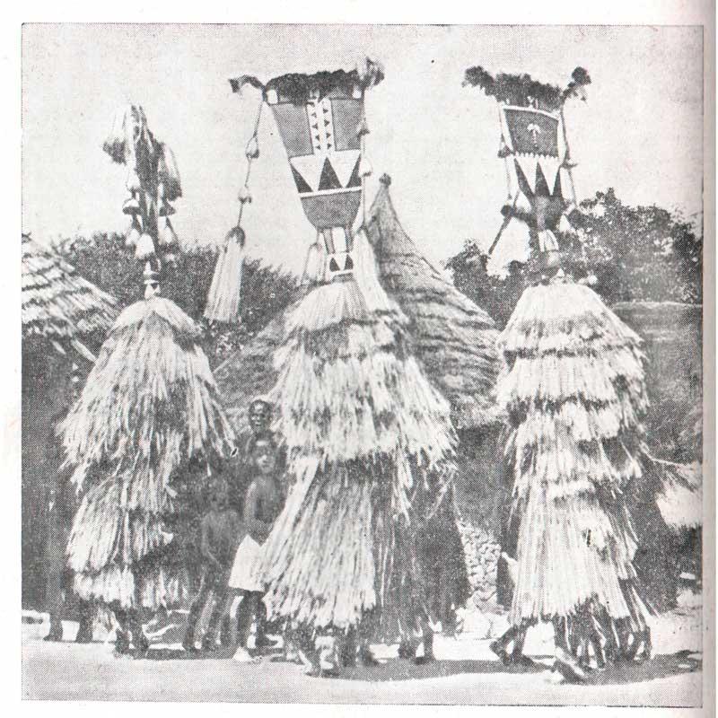 Рис. 32. Ряженые в масках (народ коро)